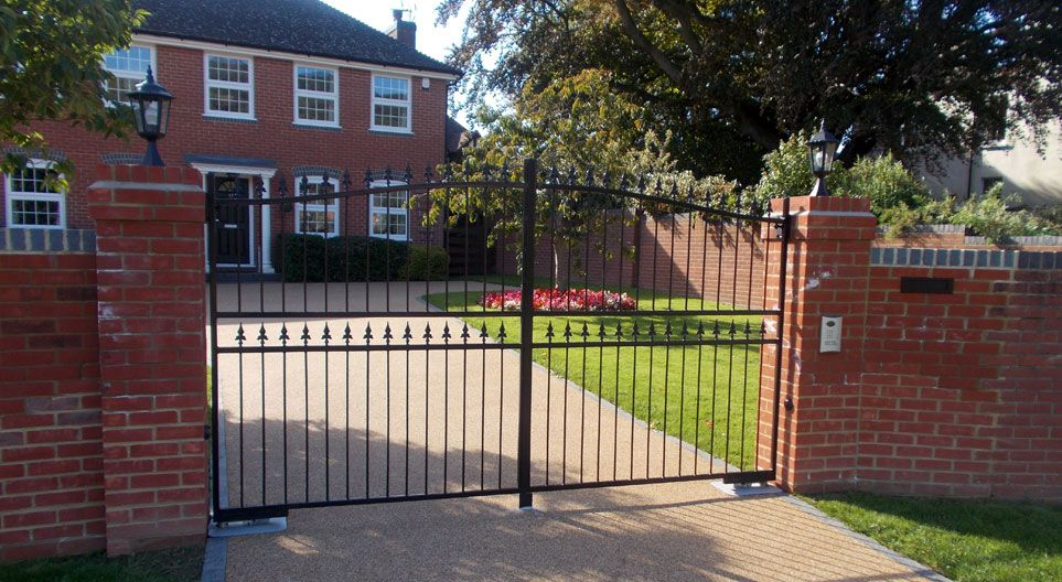 Automated Electric Gates In Kent Essex And Surrey Oakleigh Manor In 2020 Electric Gates Timber Gates Gate Design