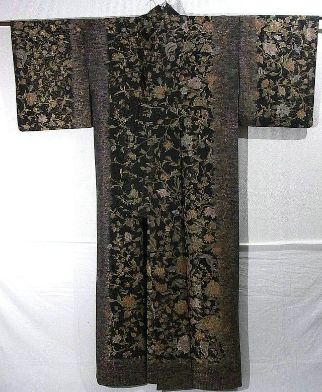 Japan, this houmongi has gorgeous karabana pattern, which is dyed colorfully with graceful embroidery work added allover.  Fine golden clouds are woven on fabric