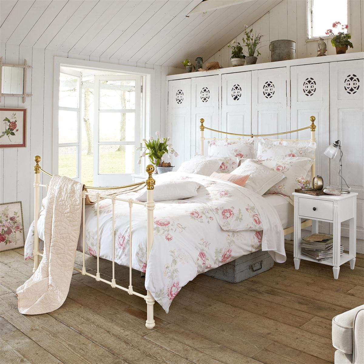Bedroom Cozy White Flower Bed On The White Iron Bed Frame Near The Window Combined With Wooden Floor And White Partition Dormitorios Decoracion De Unas Camas