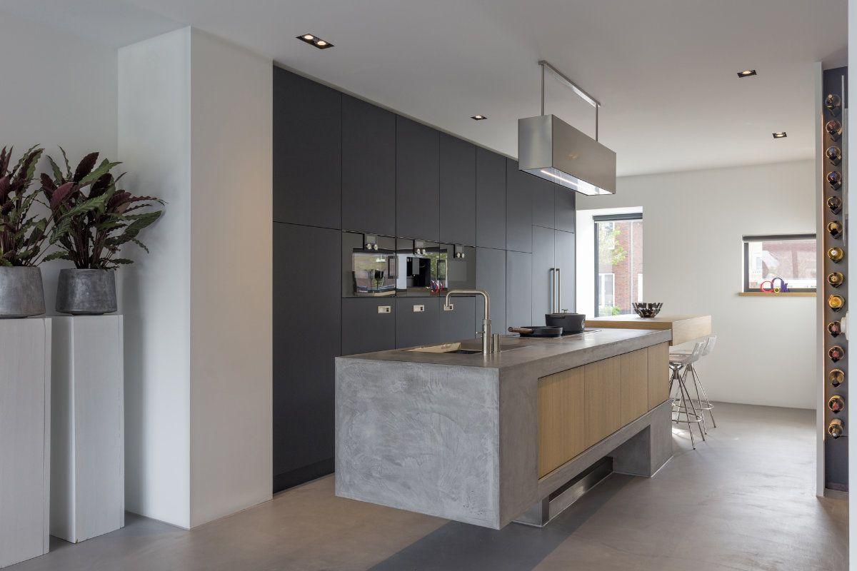Strakke Zwarte Keuken : Strakke keuken in zwarte kleur en met houten afwerking keuken