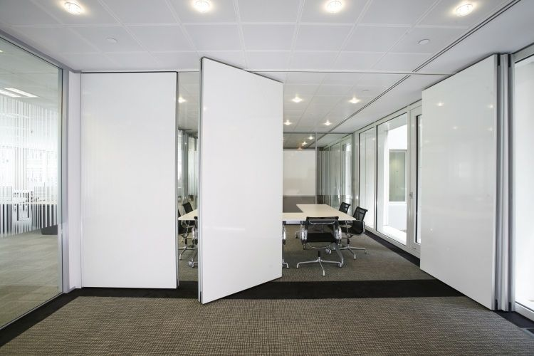 Weiße Falttüren Als Raumteiler Am Arbeitsplatz
