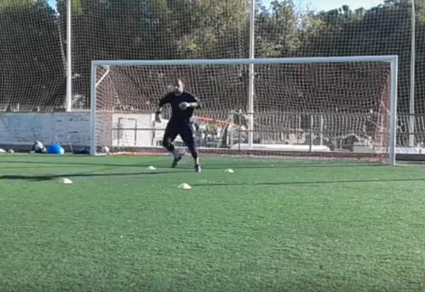 Ejercicio Para Porteros Fuerza Explosiva Con Goma Elástica Y Acciones Tecnicas Laclinicadelfutbol Com Soccer Field Tennis Court Soccer