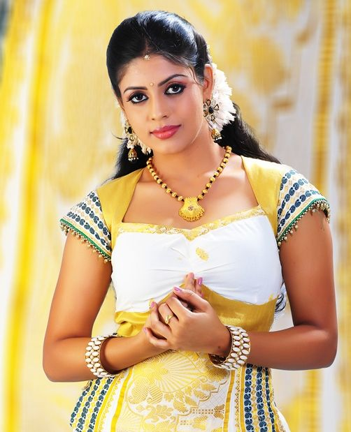 Different Hairstyles For Girls In Kerala: Actress Iniya In Kerala Traditional Dress And Makeup