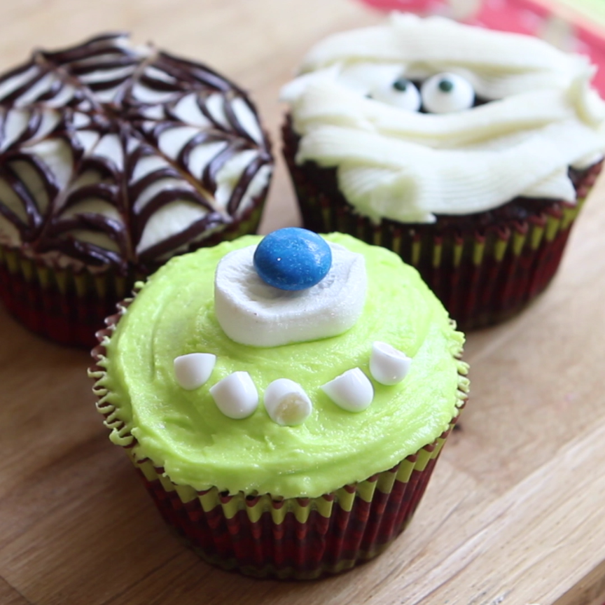 Transform ordinary cupcakes into spooktacular Halloween treats with a few simple decorations. #halloweencupcakes