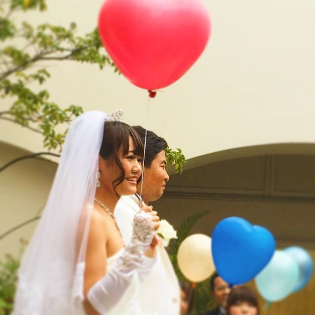 スマイルレポート 4月8日に行われたご結婚式の 様子をご紹介します まずはバルーンリリース ゲストの皆様も笑顔で楽しんで くださいました ながさや婚 グレイスヒル グレイスヒルオーシャンテラス バルーンリリース フラワ ウェディング ウェディング