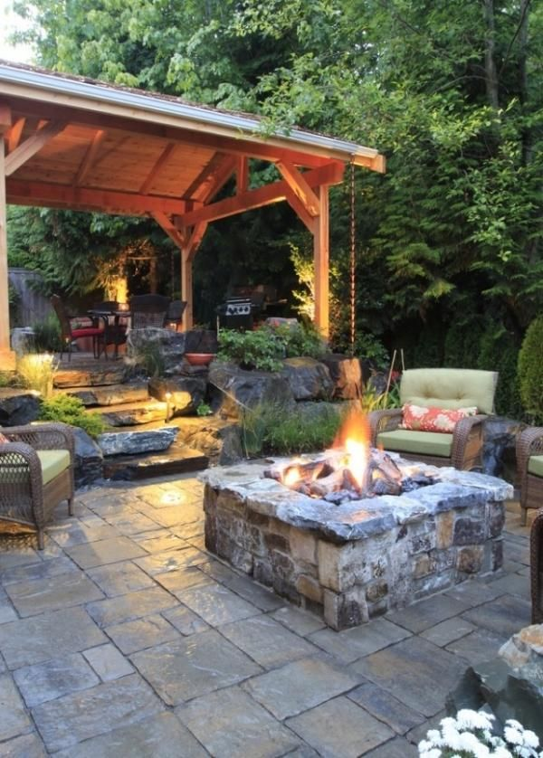 gem tliche sitzecke im garten mit feuerstelle kamin gestalten garten garten terrasse und haus. Black Bedroom Furniture Sets. Home Design Ideas
