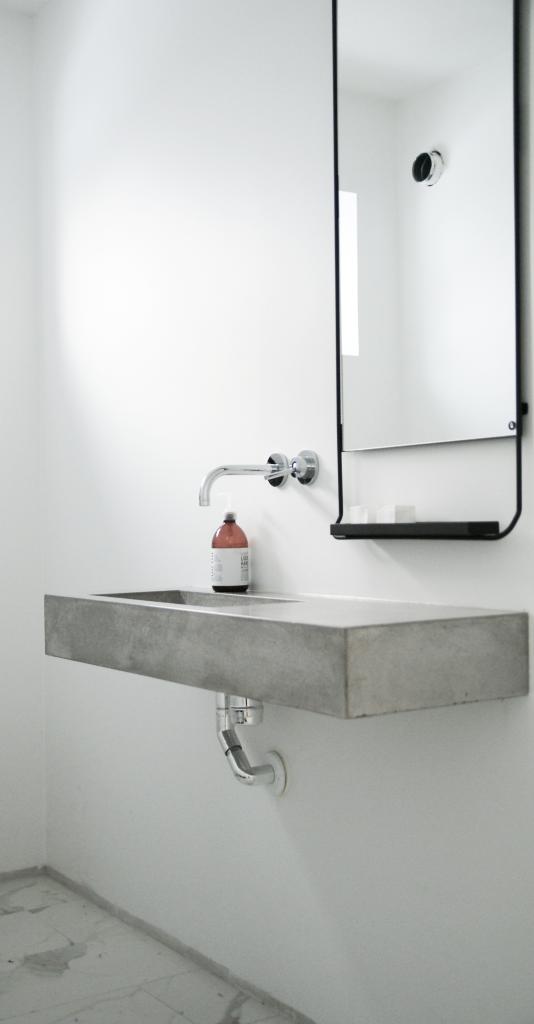 Lavamaonos y encimera hecha de microcemento para poder for Encimera de concreto encerado bano