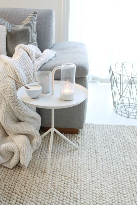 ♥ Lovely home decoration. White. Grey. Neutral details. Witte en neutrale huisdecoratie. Wired basket. Rug and plaid.