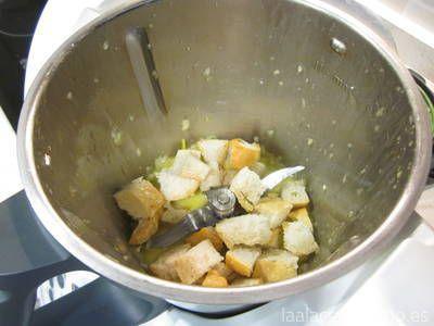 Paso 2: añade el pan cortado en dados