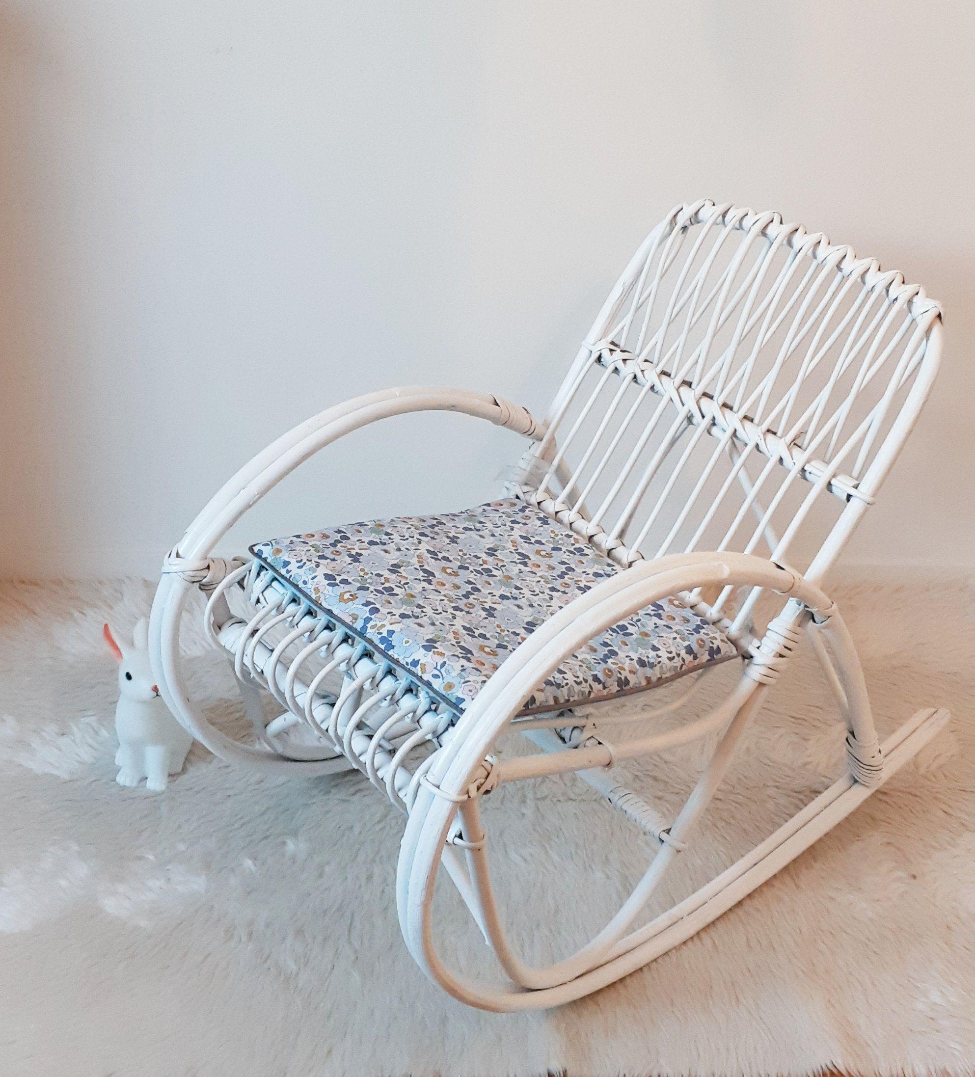 Fauteuil A Bascule Blanc Vintage En Rotin Enfant Osier In 2020 Outdoor Furniture Outdoor Chairs Outdoor Decor