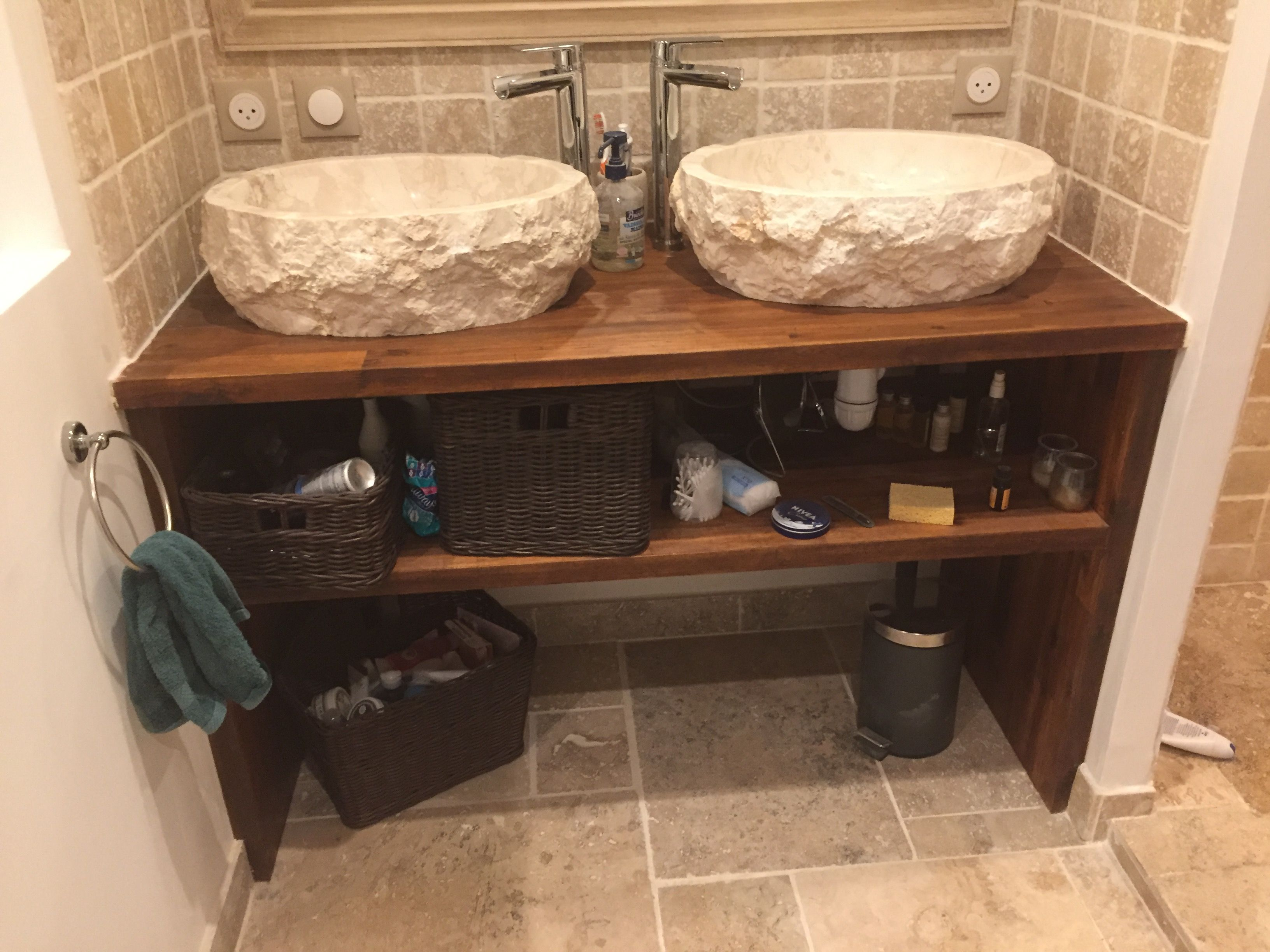 Double Vasque En Marbre Et Un Meuble De Salle De Bain En Acacia