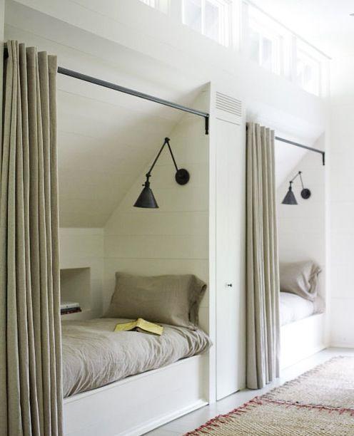 Comment Amenager Un Lit Cosy Sous La Pente Du Toit Small Attic Room Attic Bedroom Small Attic Bedrooms