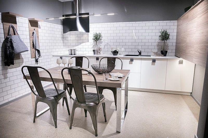 kuechenideen-weisse-kueche schöne Küchenstühle