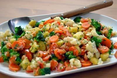 Värikästä tarjottavaa keitetyistä vihanneksista ja perunagnoccheista.
