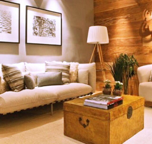 Living com baú no lugar de mesa de centro. Opção útil e charmosa para uma decoração prática e charmosa. Fonte: Casa Cor