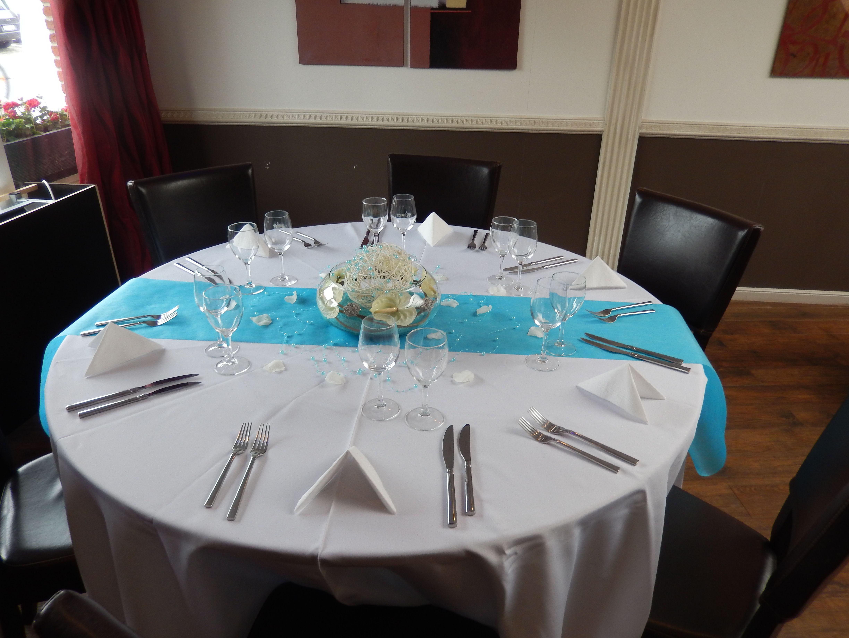 Table ronde invit avec un chemin de table turquoise et un vase rond au centre projets - Chemin de table turquoise ...