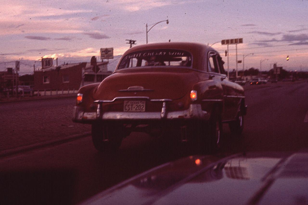 "Danny Lyon. ""Thunderbird Club in Background"". 1972. El"