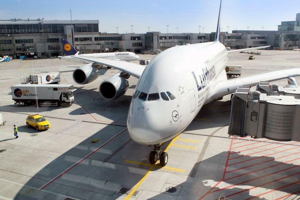 A380, o maior avião de passageiros do mundo, no Aeroporto de Frankfurt, Alemanha.