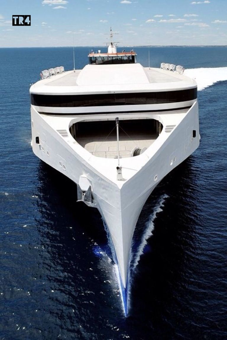 Futuristische luxusyachten  Condor's £50m ferry arrives in UK after sailing from Philippines ...