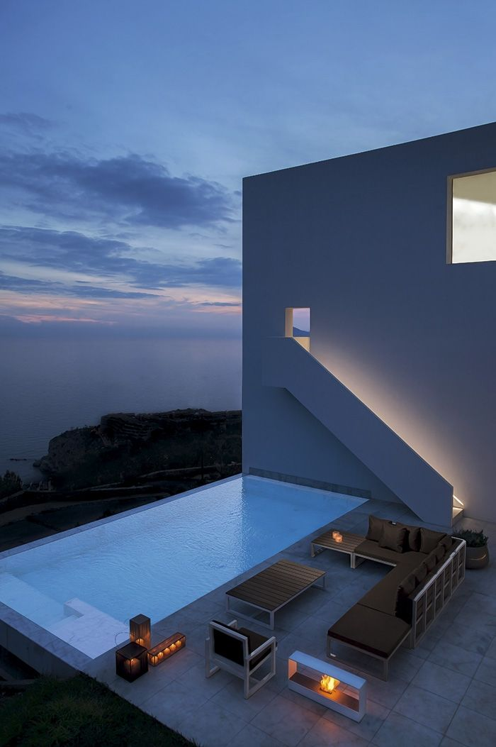 Modern patio and pool with amazing stairs on top of that for Architettura moderna case