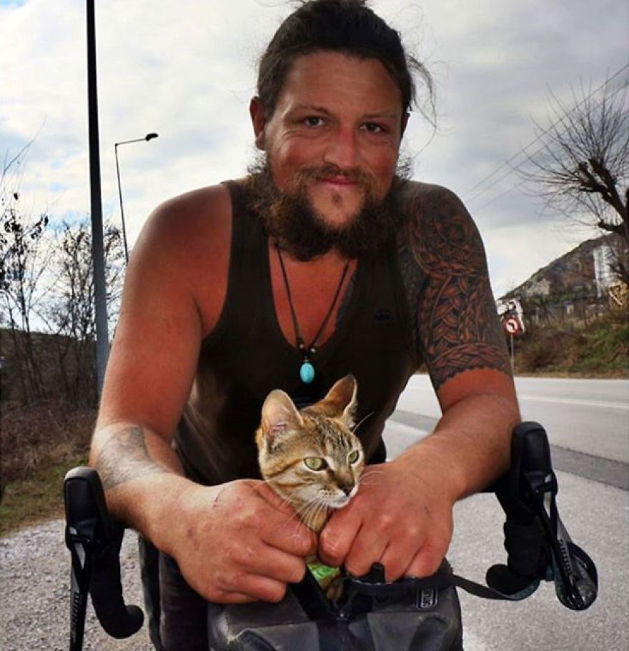 Scottish Man Decides To Cycle Across The Globe Solo But Finds A Stray Cat Which Accompanies Him Cats Stray Cat Kitten