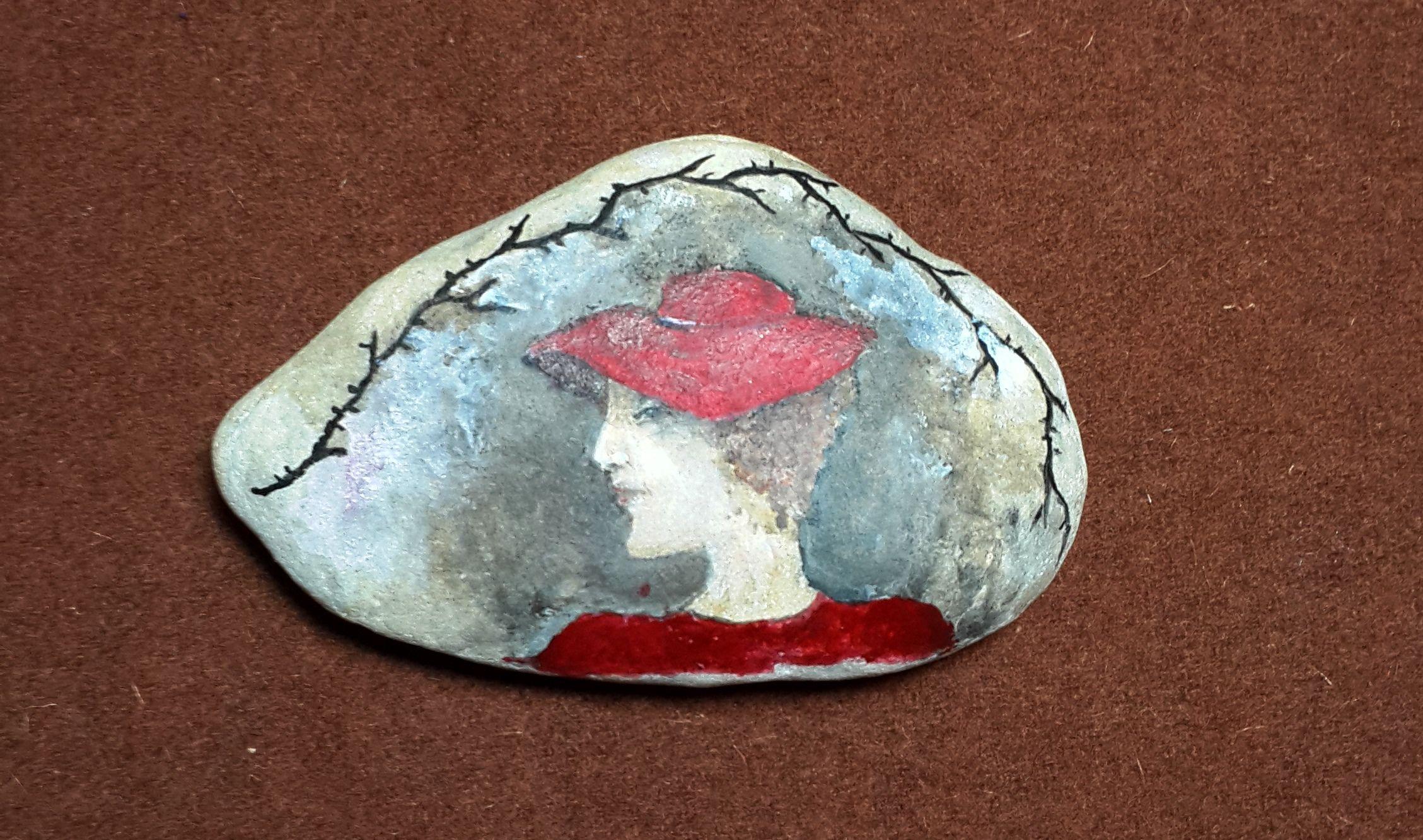 KiRa Patrick :)  камушек с дамой в красной шляпе