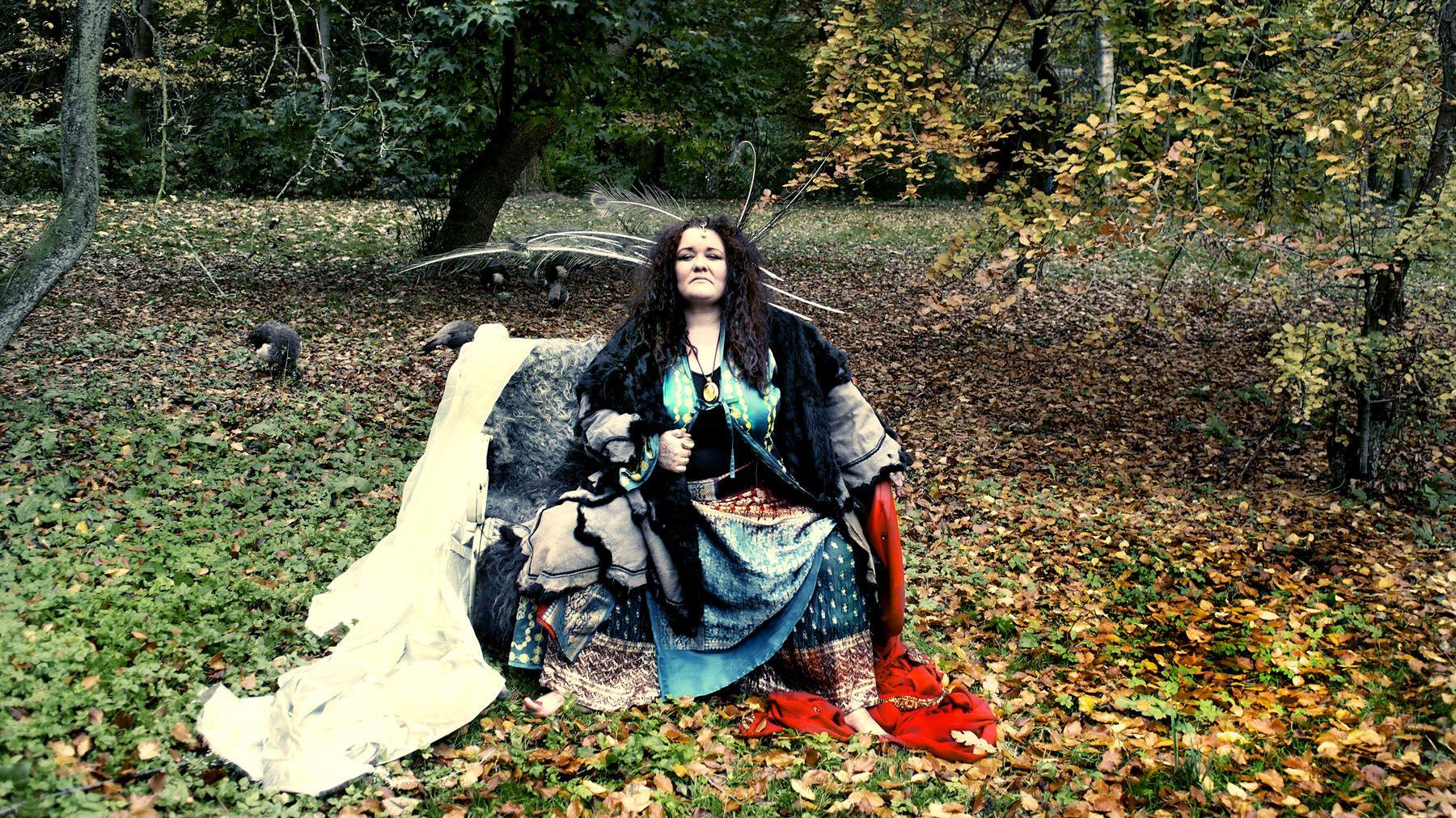 Drama, tragedier og det smukke i det brutale følger teaterinstruktør Sananda Solaris. Hun ønsker at bombardere dig med indtryk af karakterer, du ikke vidste kunne indfinde sig på de skrå brædder. Hun tipper ikke let på tå eller går uden om det kontroversielle. Ofte benytter hendes fortællinger gamle mytiske, fremmede eller glemte tragedier og sagn…