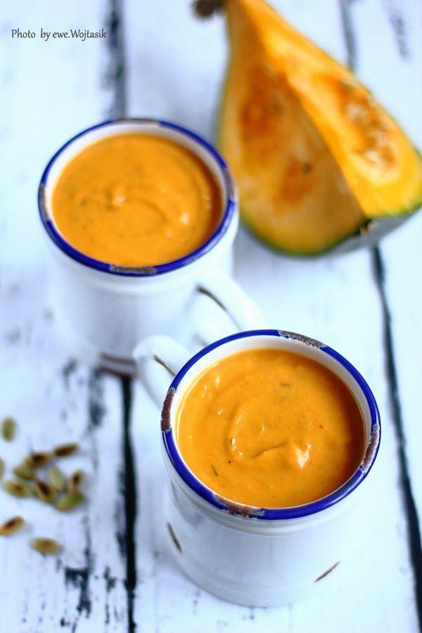 Zupa krem z pieczonej dyni i z suszonymi pomidorami. Dynia i kmin. Czosnek i suszone pomidory. Jesienna zupa.