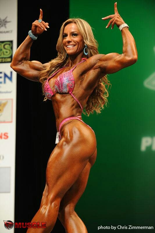 Double biceps open hand leg extended. Physique Juliana