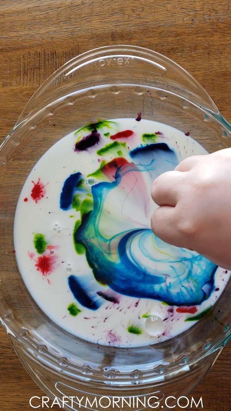 Magic Milk Science Experiment – einfaches wissenschaftliches Experiment für Kinder, das Sie zu Hause ausprobieren können! Farbwechsel Aktivität Kunsthandwerk. #sciencehistory