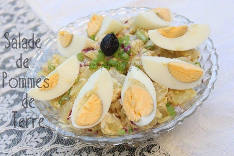 Une salade de pommes de terre avec des œufs durs, oignons rouges et jeunes oignons verts, bien goûteuse avec sa sauce vinaigrette bien dosée en moutarde.