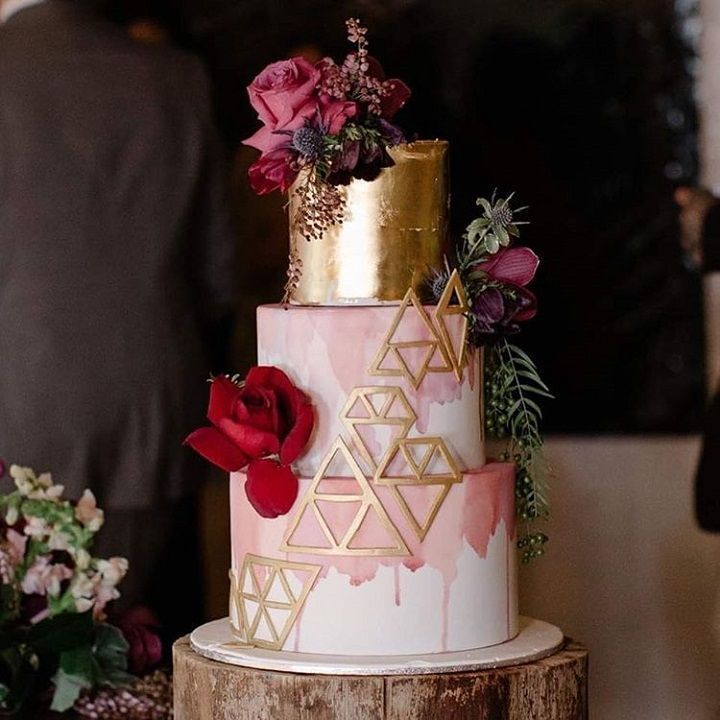 Geometric Ombre pink and Gold wedding cake | Wedding cake inspiration #weddingcake #ombre #pinkandgold #modernweddingcakes #pinkweddingcakes