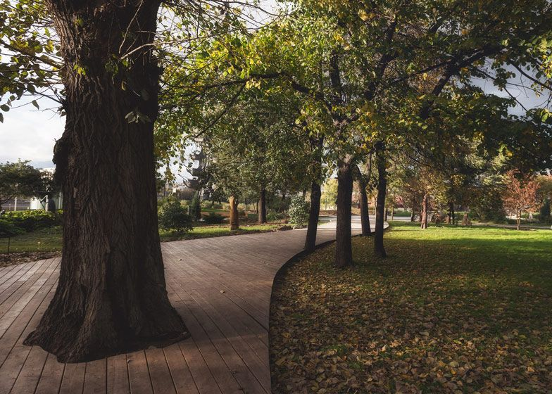 Wowhaus converts a Moscow road into a riverside park