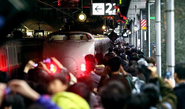 新潟に向けて出発する200系新幹線を大勢の鉄道ファンが見送った=3月15日午後8時12分、JR東京駅