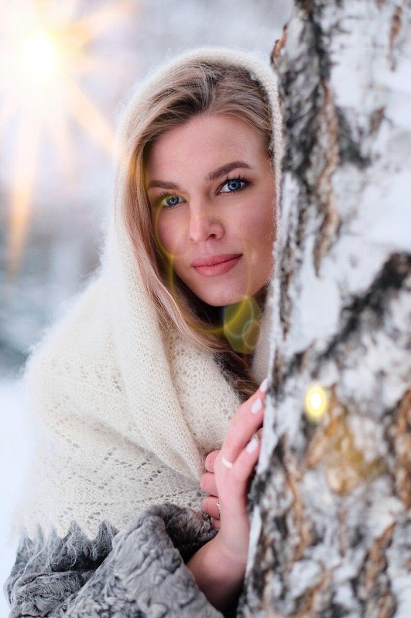 Зимняя фотосессия девушка зима снег береза пуховый платок ...