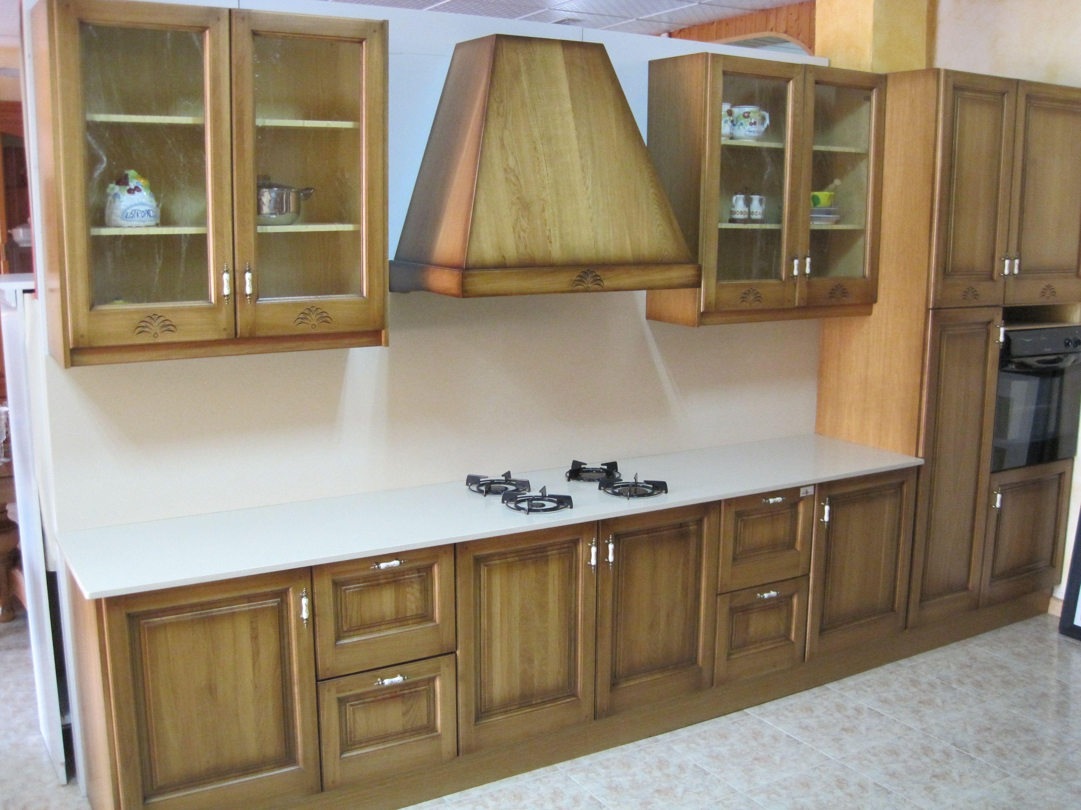 Cocina de madera de roble y encimera y placado compac arena 3250 ...