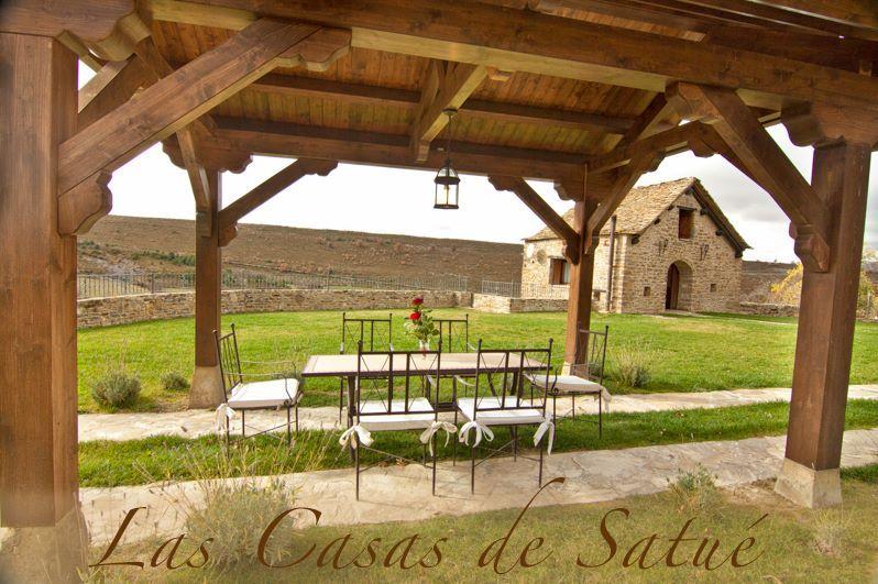 Un rincón perfecto para perderse unos días con los peques en el Pirineo Aragonés. Extensos jardines, barbacoa y una casa llena de encanto a un paso de Jaca y del Parque Nacional de Ordesa.