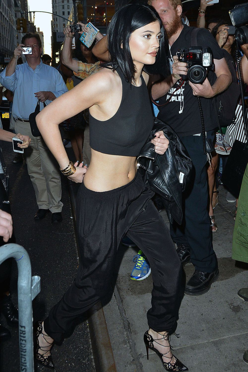 00041b9a747 Kylie Jenner Shows Off Her Toned Abs In This Black Crop Top