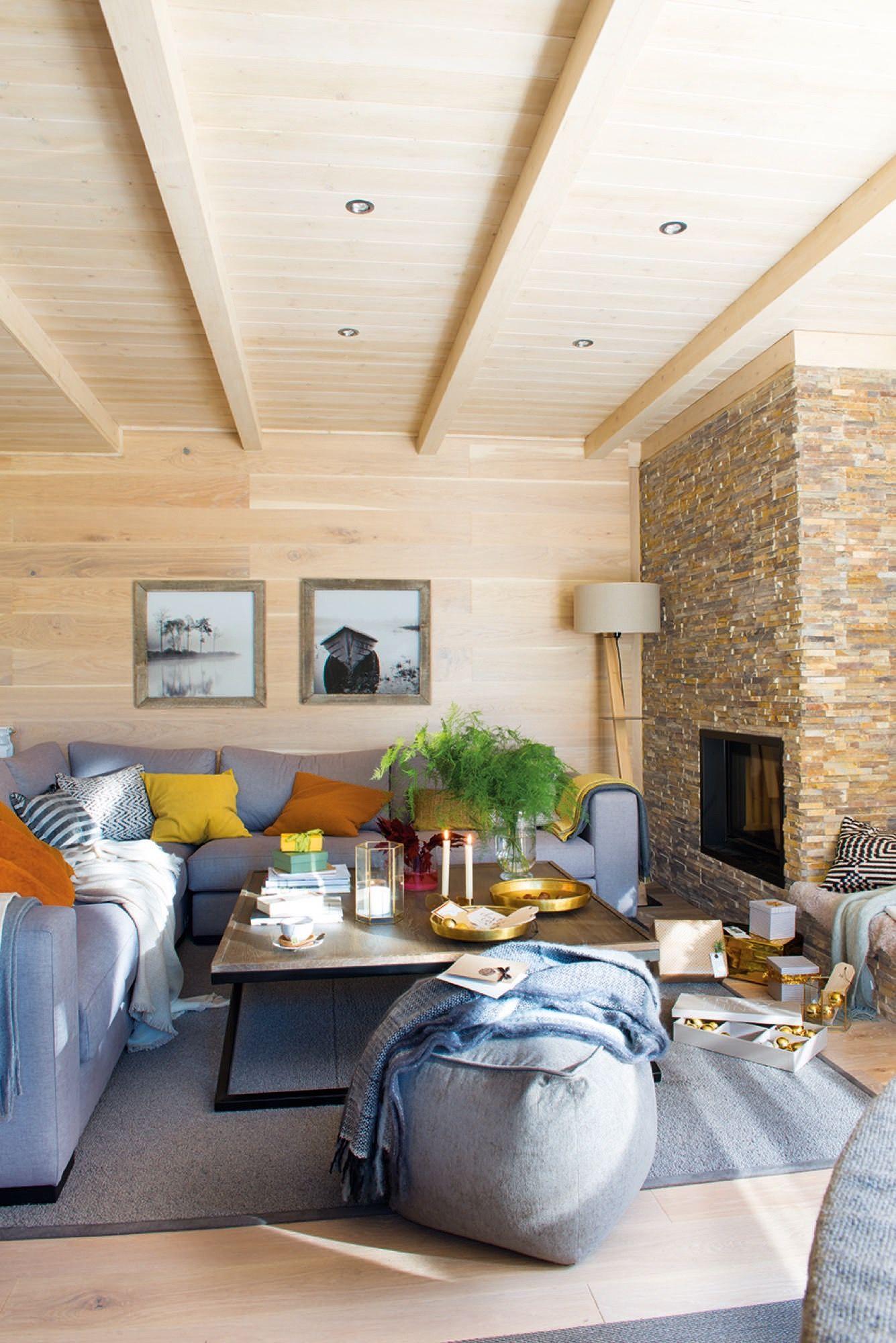 Sofa esquinero en l frente a chimenea en una casa rustica - Poner chimenea en un piso ...