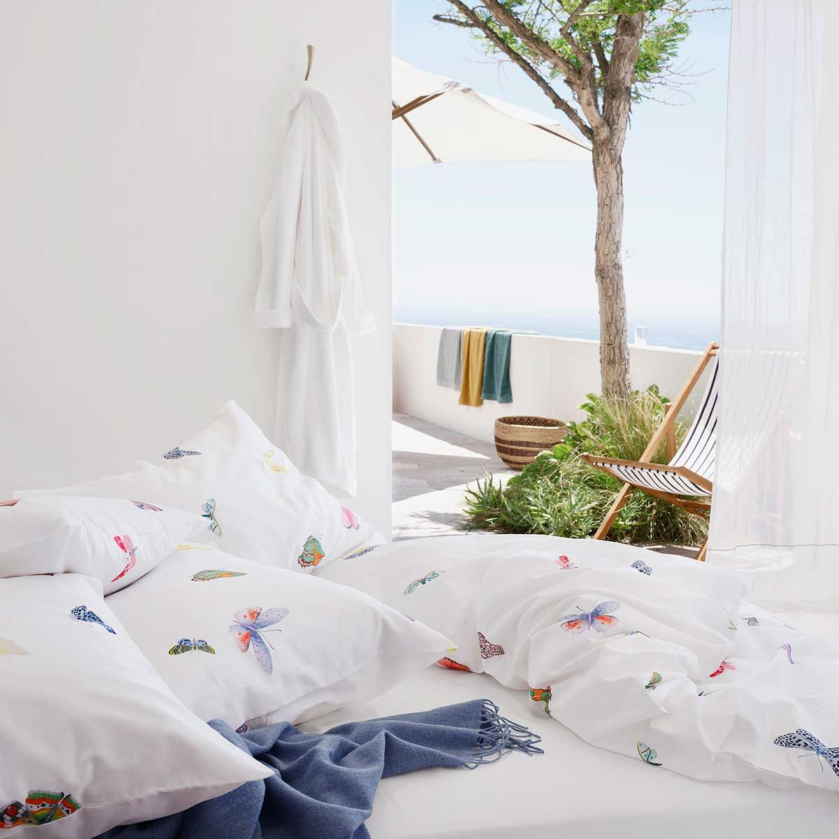Jil Butterfly Das Bettwäsche Dessin Jil Wird Von Bunt Gezeichneten Schmetterlingen Und Nachtfaltern G Bed Linens Luxury Bed Linen Sale Super King Duvet Covers