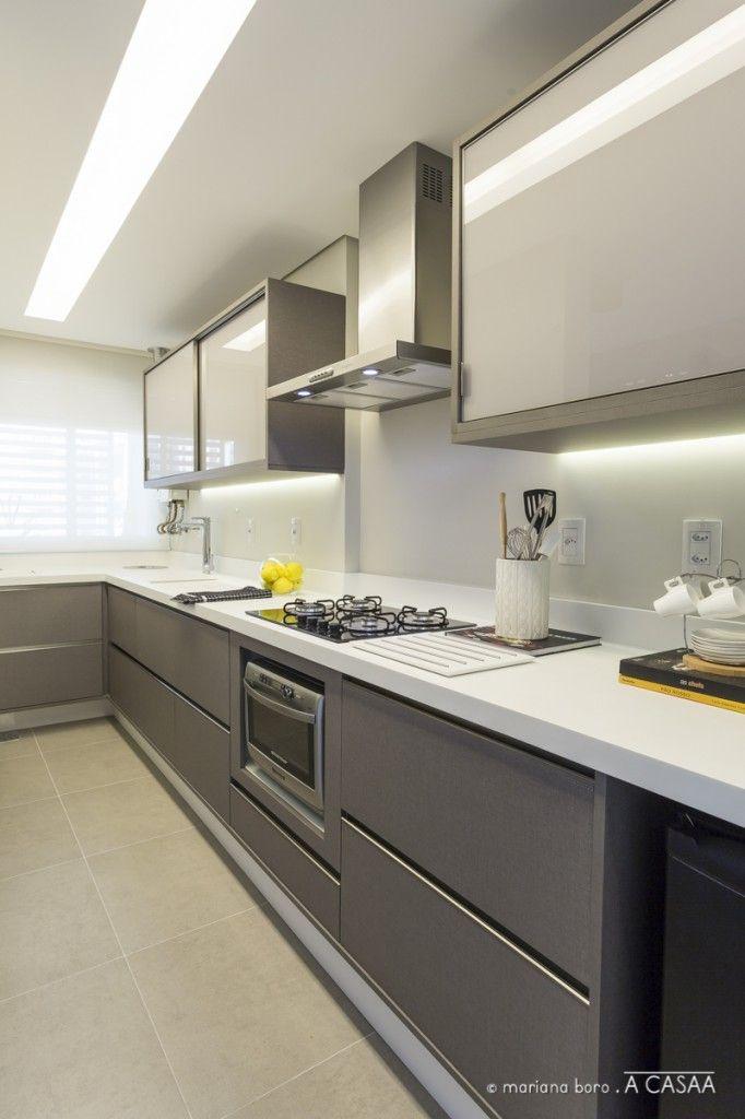 Cozinha e área de serviço integradas, com tanque camuflado por tampa deslizante. Lava roupas dispensada por ser um ponto de apoio. Forno dupla função otimiza espaço. Frigobar e freezer pequeno, garantem a refrigeração necessária.