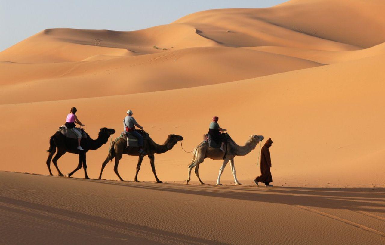Erg Chebbi - Également connu sous le nom de « dunes de Merzouga », cet erg est l'un des deux grands ergs du Sahara au Maroc. Dépendamment du moment de la journée, ces dunes changent de couleur et de forme, créant ainsi un spectacle haut en couleur où calme et immensité s'unissent. Une expédition comprenant balade en dromadaire et nuitée dans les dunes en vaut vraiment la peine!