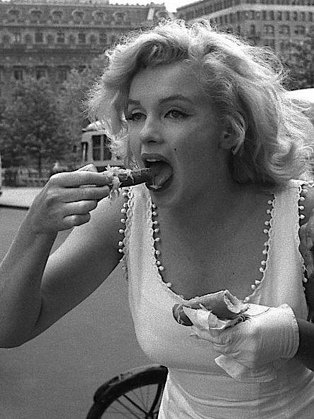 "946285c6f3 missingmarilyn: ""Marilyn Monroe eating a hot dog in New York, 1957. "" Zoom"