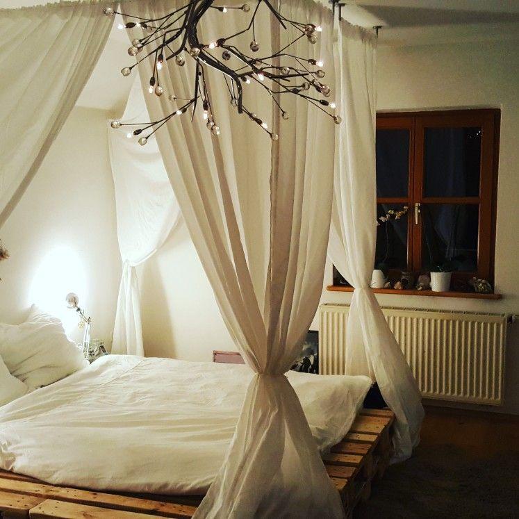 palettenbett mit 2 ebenen und einem freischnitt damit die matratze fast b ndig abschlie t die. Black Bedroom Furniture Sets. Home Design Ideas