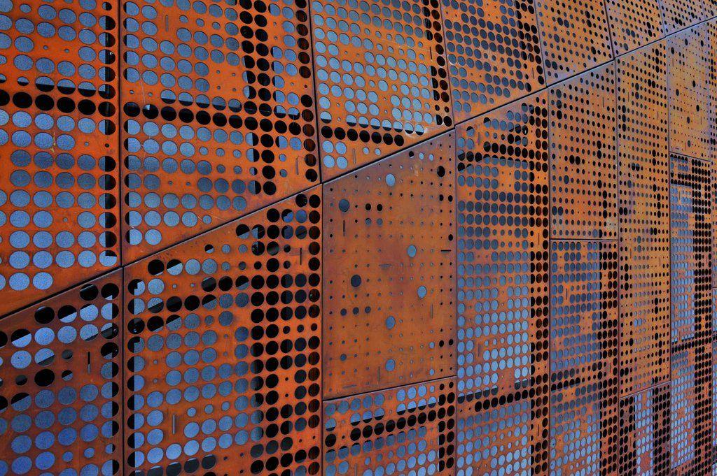Revestimiento screenpanel de hunter douglas fachada for Acero corten perforado oxidado