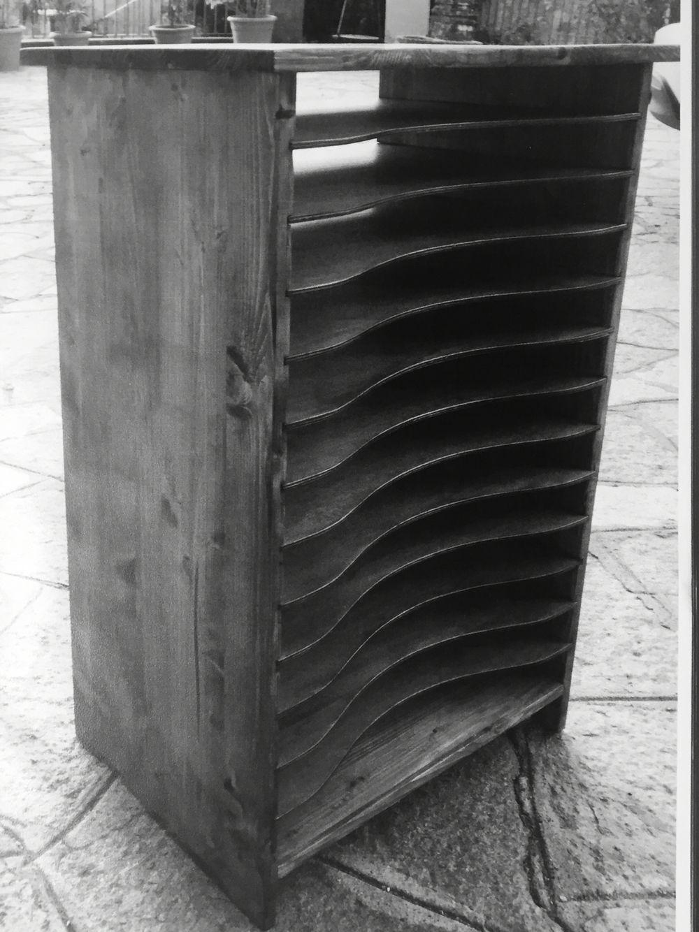 Porta documenti vintage riprodotto in legno castagno con ripiani rimovibili.