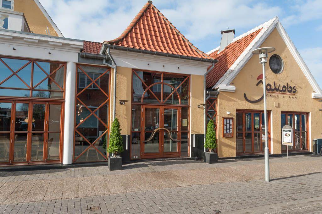 Jakobs Café & Bar i Skagen: Et af mine ynglingssteder i Skagen, som har åbent hele året, og hvor jeg har brugt mange gode timer med veninderne. Om sommeren summer stedet af liv og glade dage.   www.jakobscafe.dk