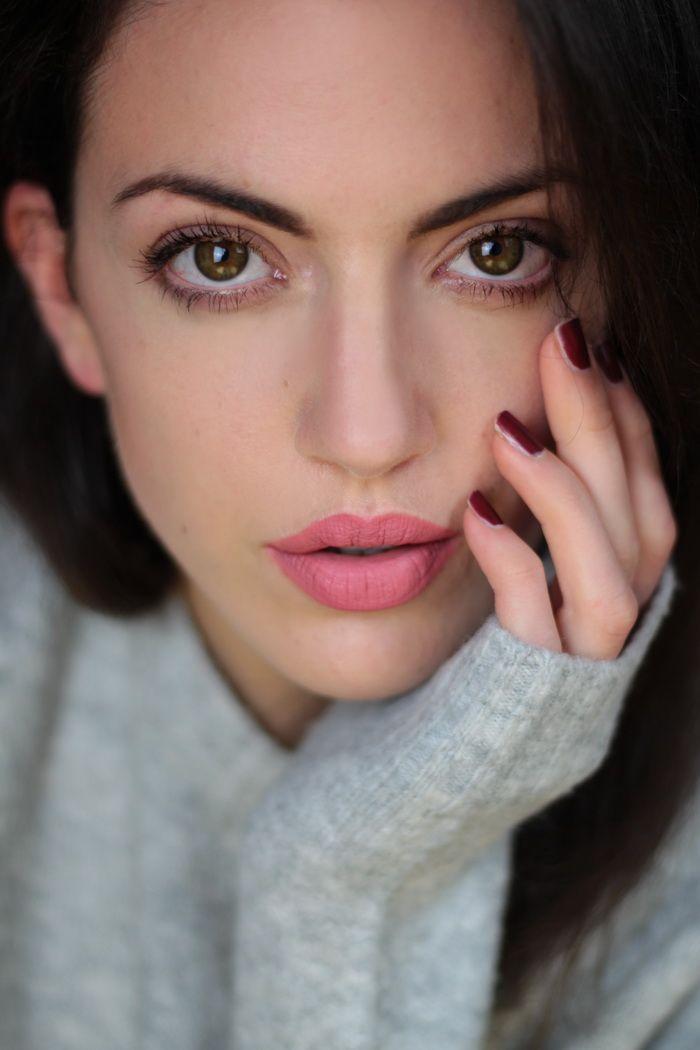 Pinke Lippen zu grauem Pullover