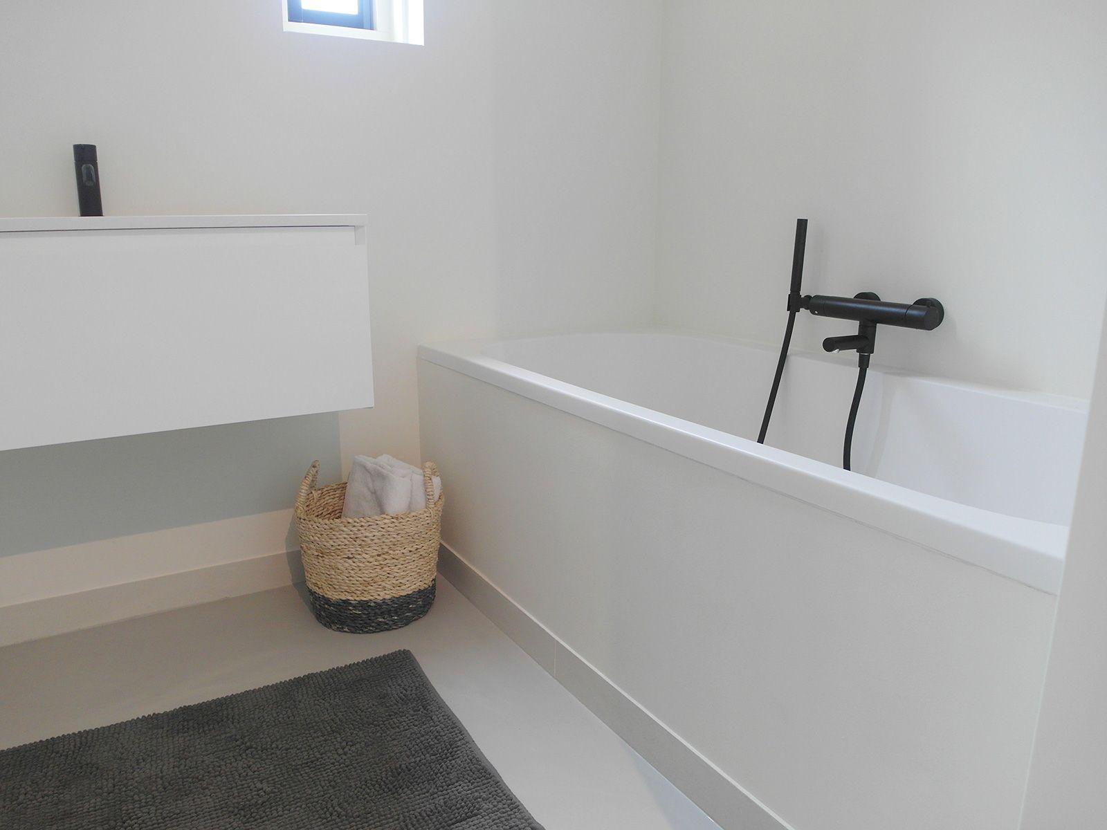 Badkamer Met Gietvloer : Gietvloer in deze frisse witte badkamer in berkel en rodenrijs