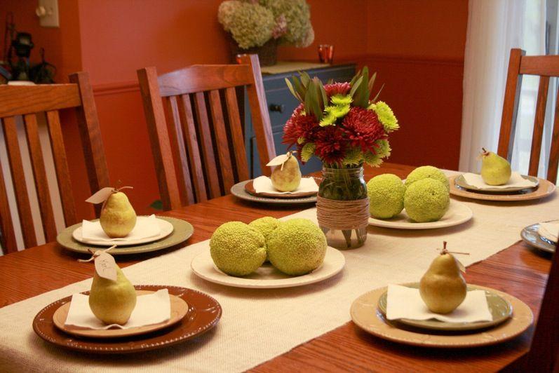 Déco de table d'automne: fleurs de saison, chemin de table en beige clair et marque-places diy.